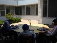 中庭で食事